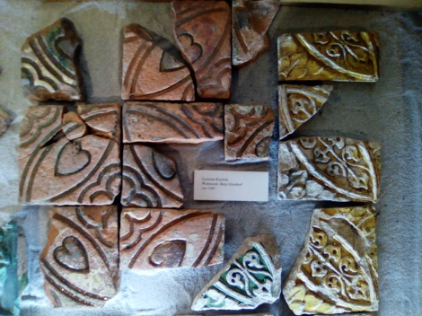 Einige der in der Altendorfer Burgruine ausgegrabenen gotischen Kacheln. Foto: LRF/HAT